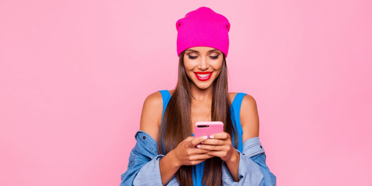 Donna che fa soldi su Instagram con il suo smartphone rosa