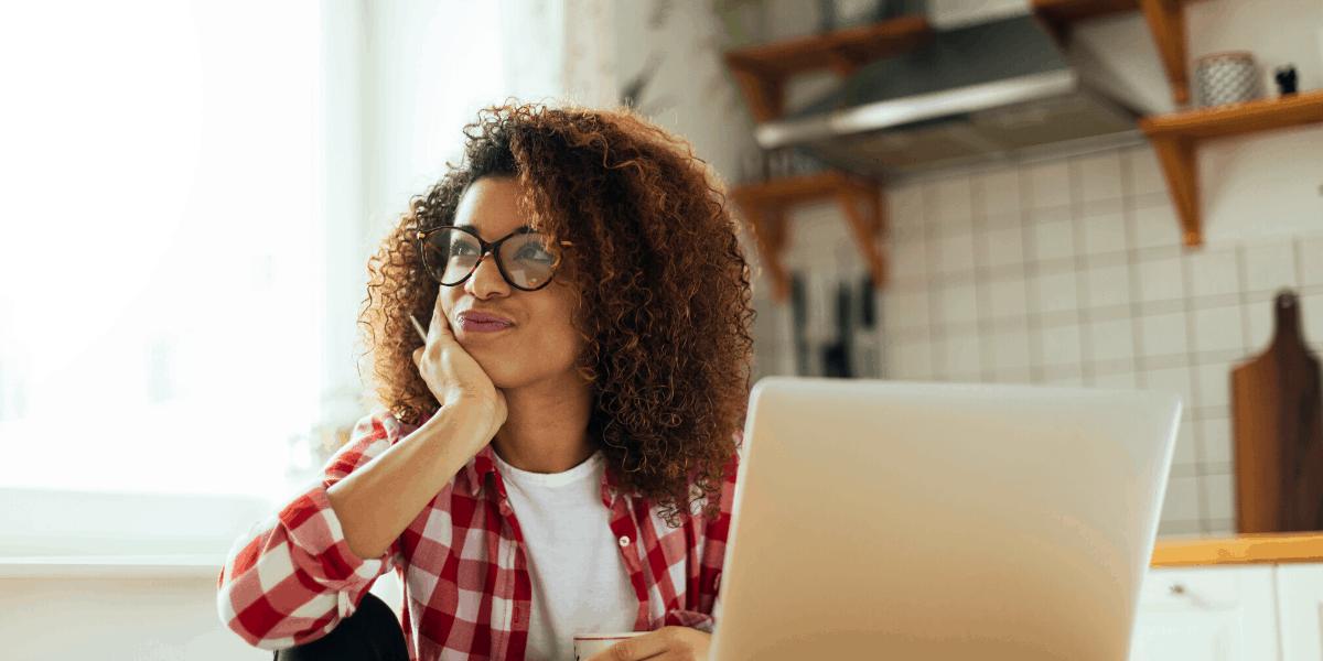 Donna che crea un corso per tutoraggio online