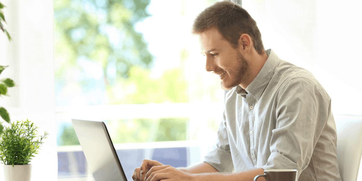 Imprenditore che inizia un blog da casa sul lato