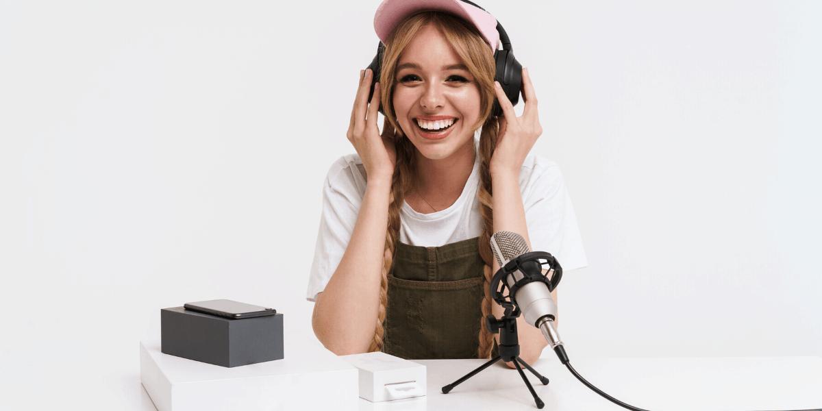 Donna che inizia un podcast da casa