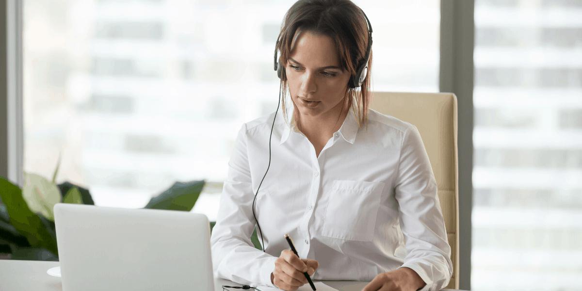 Donna traduttore seduto sulla scrivania con auricolare e traduzione