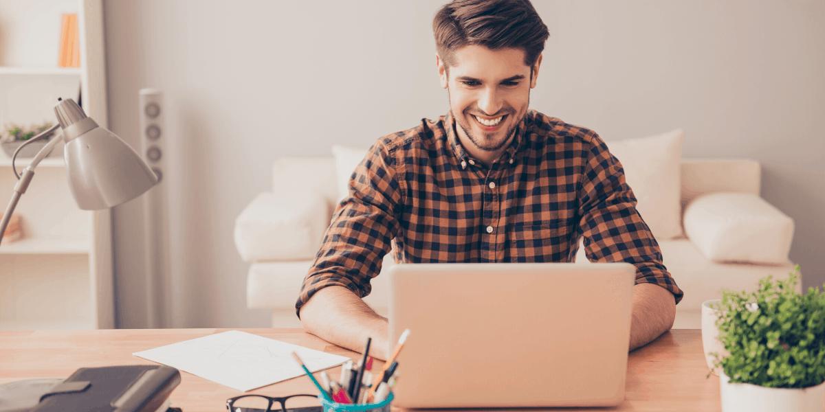 Scrittore che lavora da casa come editore